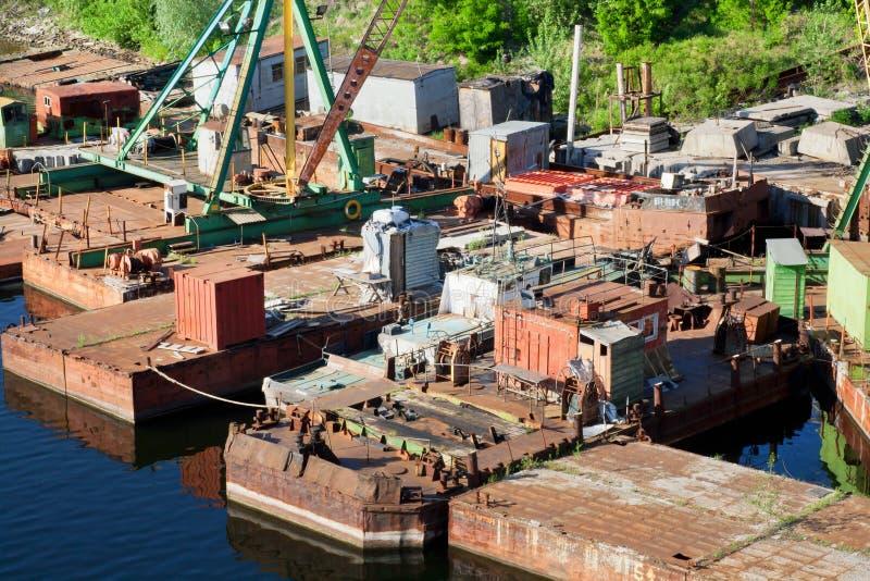 Muelle viejo del río para la reparación de naves foto de archivo