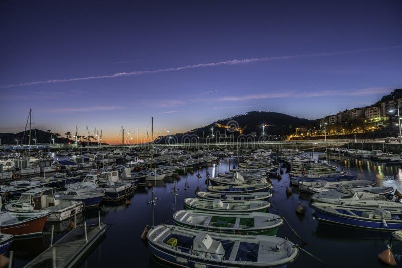 Muelles de Lekeitio en la puesta del sol fotografía de archivo libre de regalías
