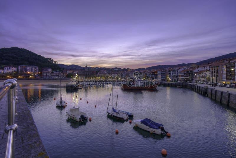 Muelles de Lekeitio en la puesta del sol fotos de archivo libres de regalías