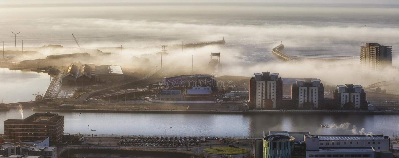 Muelles de Swansea en la niebla imagen de archivo libre de regalías