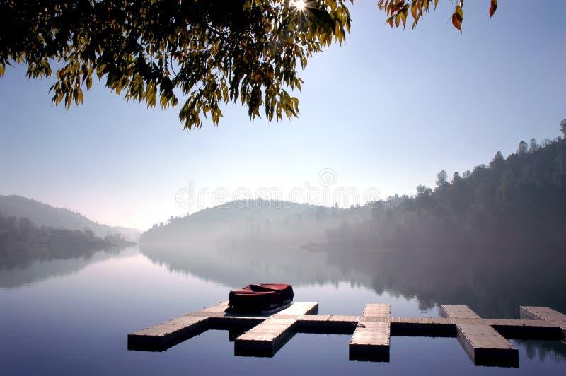 Muelles del barco en el lago inmóvil imagen de archivo libre de regalías