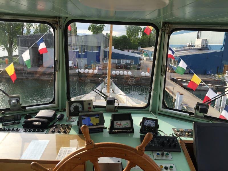 Muelles experimentales de la cabina del lago boat fotografía de archivo