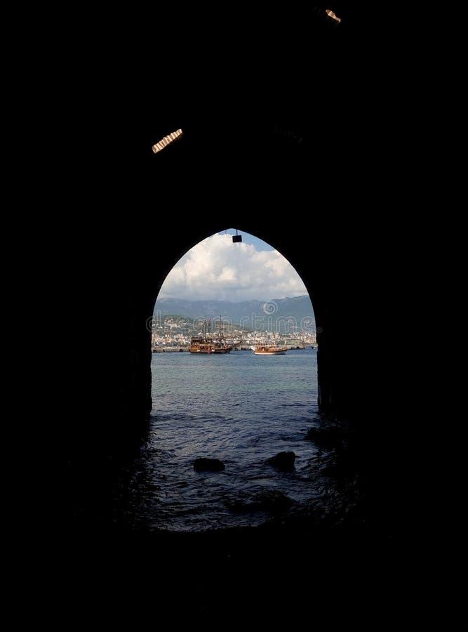 Muelles y barco de Alanya Turquía imagenes de archivo
