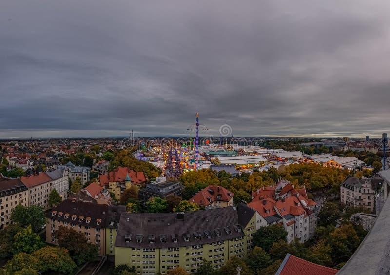 Muenchen München - traditionele die Oktoberfest, ook als Wiesn van hierboven in een totale mening wordt bekend stock foto's