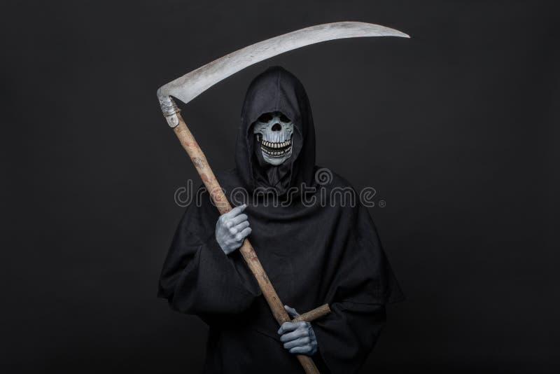 Muerte con la guadaña que se coloca en la oscuridad Víspera de Todos los Santos fotos de archivo