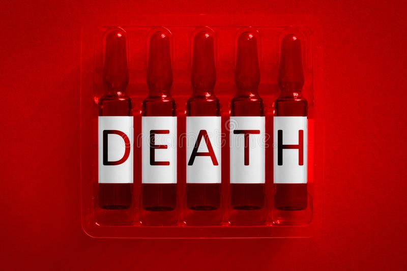 Muerte de la imagen del concepto de la toxicoman?a del narc?tico o Cinco ampollas con las letras cubiertas de la inscripci?n D E  fotos de archivo libres de regalías