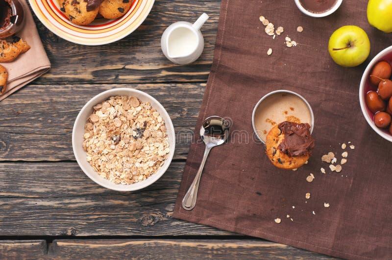 muesli健康早餐,曲奇饼用可可粉和巧克力 图库摄影