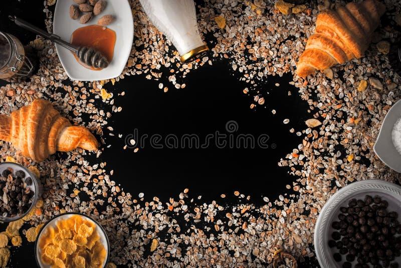 muesli和不同的早餐属性框架  图库摄影