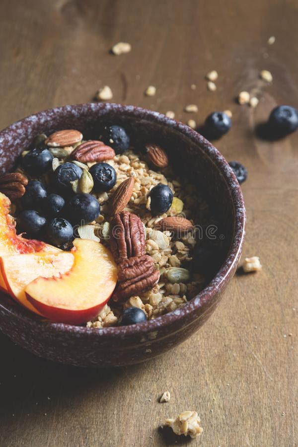 Muesli用新鲜水果和莓果 免版税库存照片