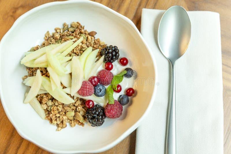 Muesli用新鲜的莓果和果子在碗 r E 图库摄影