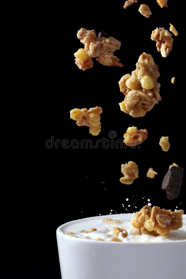 muesli γάλακτος που χύνεται στοκ φωτογραφία