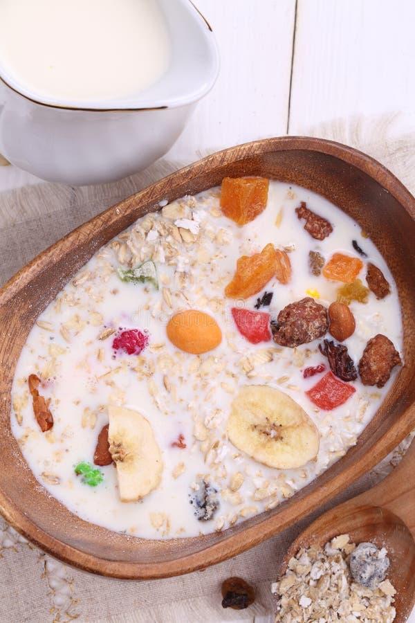Muesli με το γάλα, τα φρέσκα μούρα και τα καρύδια στοκ εικόνες