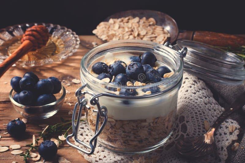 Muesli με το γιαούρτι και μπλε μούρα στο βάζο γυαλιού στοκ εικόνες με δικαίωμα ελεύθερης χρήσης