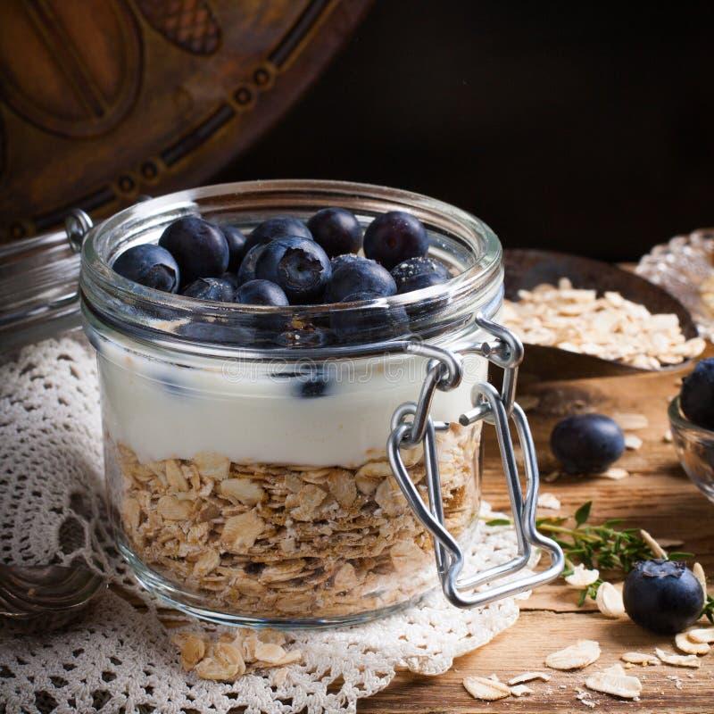 Muesli με το γιαούρτι και μπλε μούρα στο βάζο γυαλιού στοκ φωτογραφία με δικαίωμα ελεύθερης χρήσης