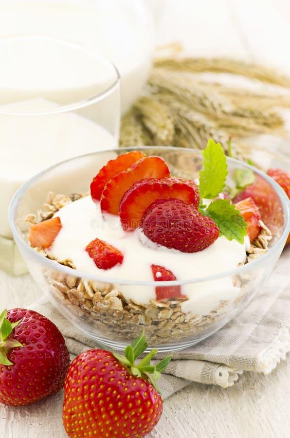 Muesli με το γιαούρτι και τις φράουλες στοκ εικόνα