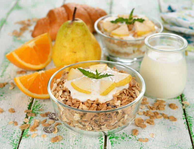 Muesli με το γιαούρτι και το αχλάδι στοκ εικόνα με δικαίωμα ελεύθερης χρήσης