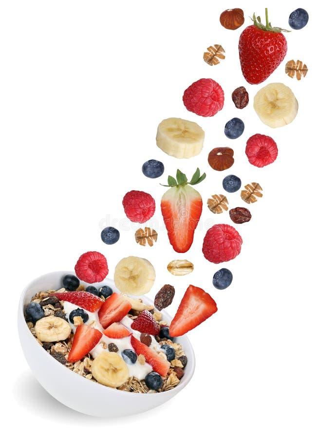 Muesli летая плодоовощ с плодоовощами как поленика, банан и солома стоковые фото