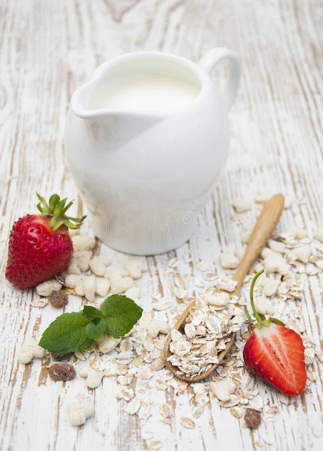 Download Muesli зерна с клубниками стоковое фото. изображение насчитывающей bowie - 41656308