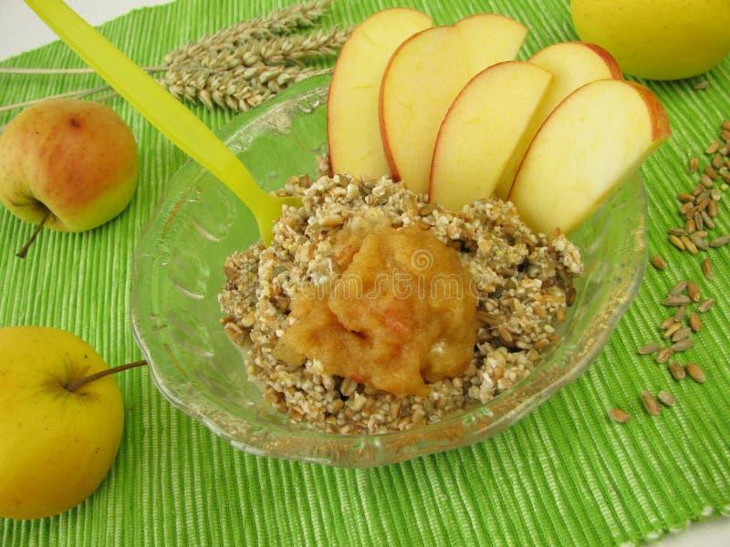 muesli зерна яблока свежее стоковое изображение rf