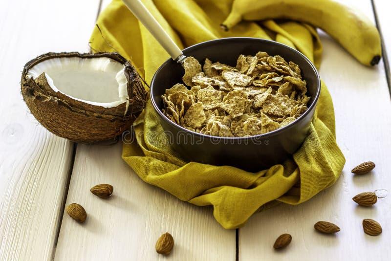 Muesli с кокосом и бананом на белом деревянном фоне стоковое изображение