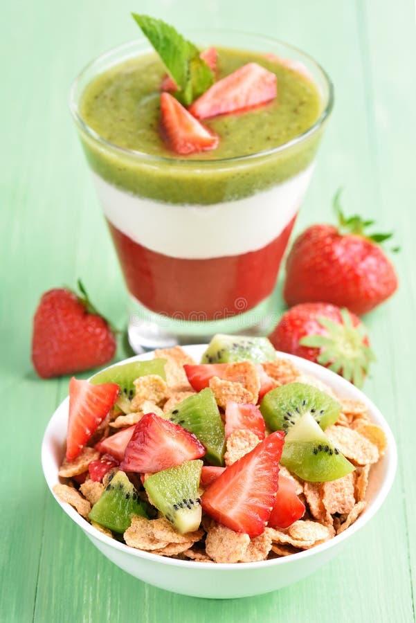 Muesli с свежими фруктами и наслоенным десертом стоковое изображение rf