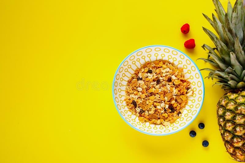 Muesli, ananas i jagody, zdjęcia stock