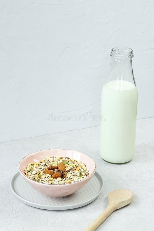 Muesli avec du lait sur la table grise photographie stock