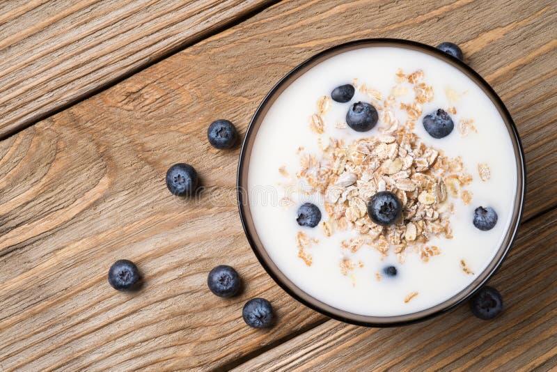 Muesli avec du yaourt et la myrtille mûre de baies photographie stock libre de droits