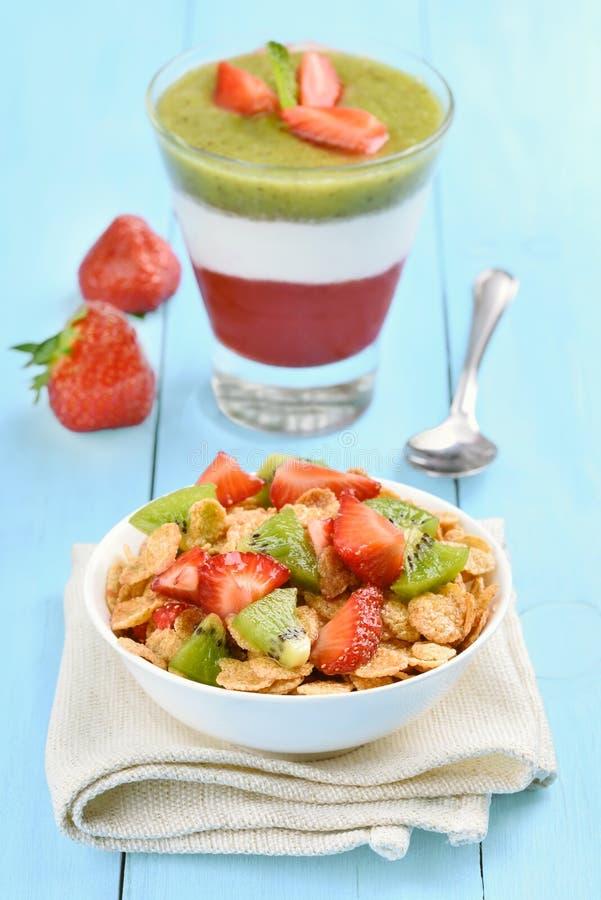 Muesli avec le fruit frais et le dessert posé images stock