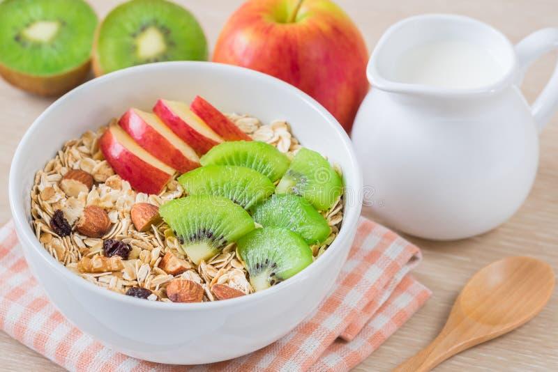 Muesli avec le fruit frais et le lait photo libre de droits