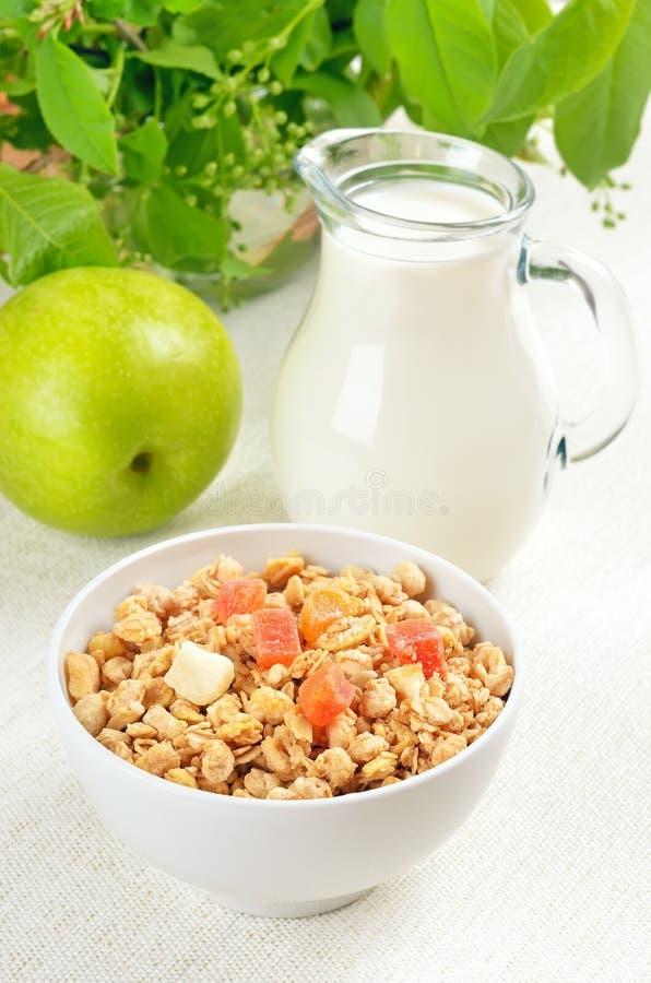 Muesli avec les fruits et le lait en poudre image libre de droits