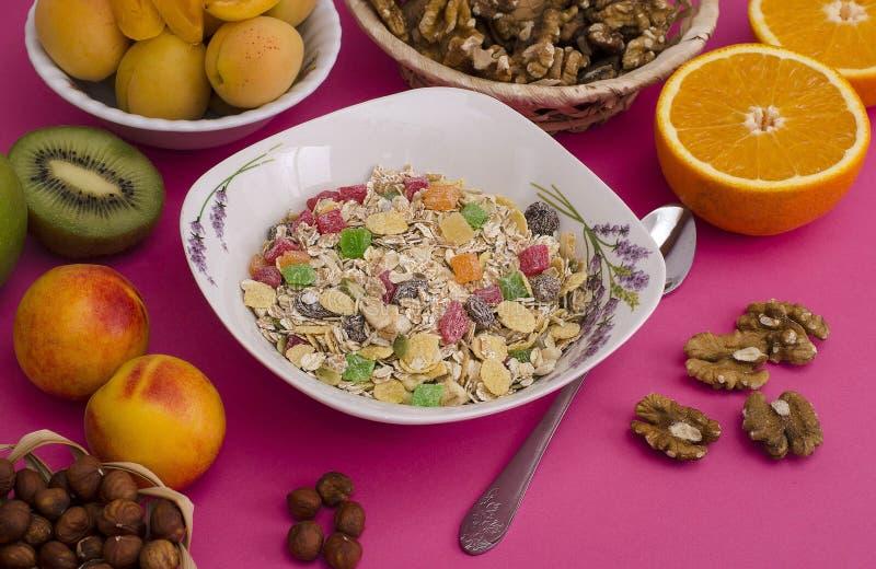 Muesli avec les fruits glacés, les fruits et les écrous Petit déjeuner sain, végétarisme photo libre de droits