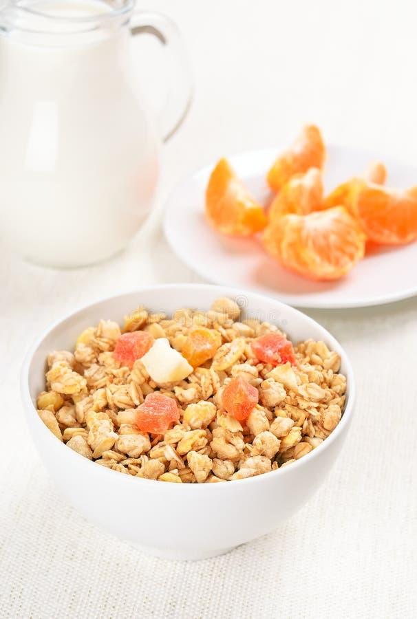 Muesli avec les fruits secs photos stock
