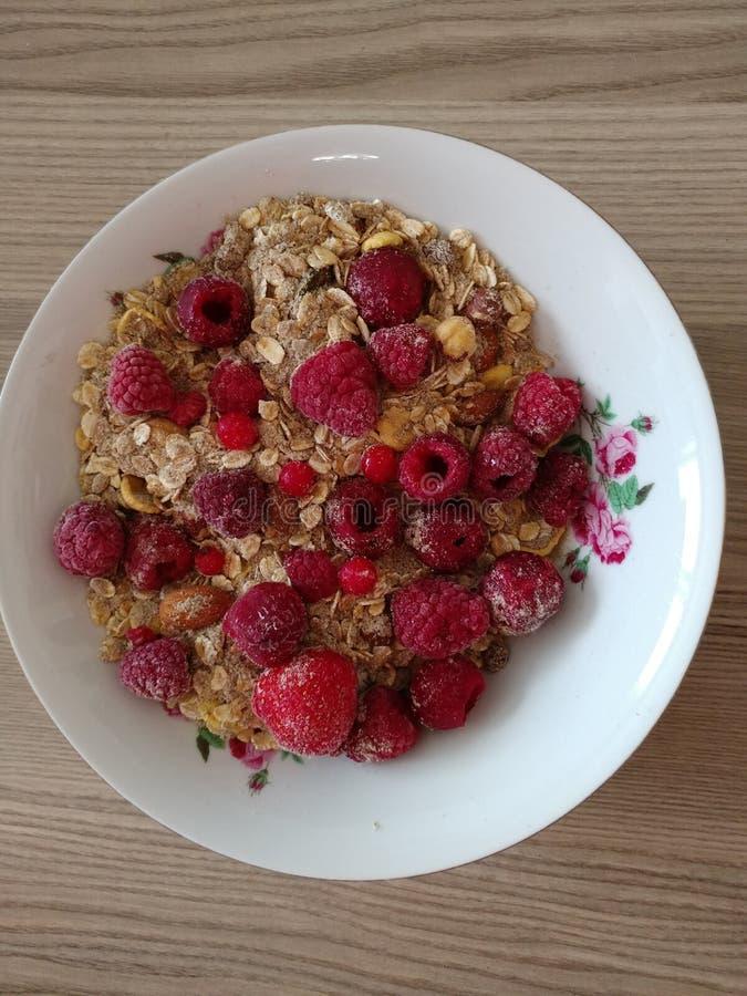 Muesli-Ball mit raspberrys zum Frühstück stockbilder