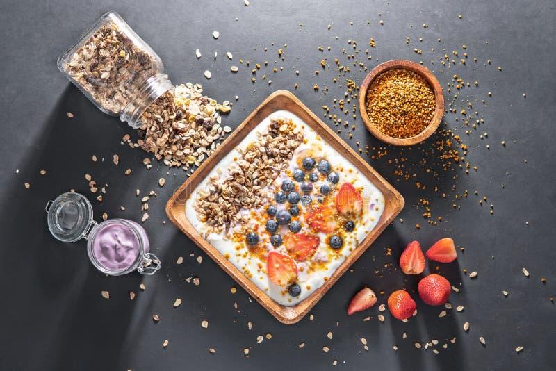Muesli com iogurte e bagas, café da manhã saudável foto de stock
