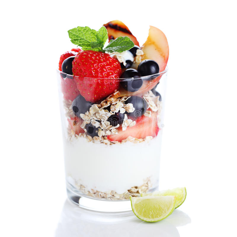 Muesli com yogurt e as bagas frescas imagem de stock