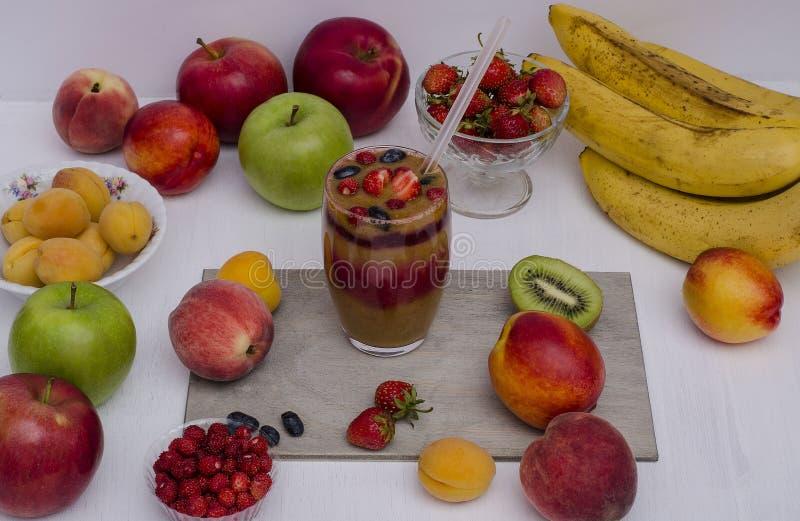 Muesli con las frutas escarchadas, las frutas y las nueces Desayuno sano, vegetarianismo imagen de archivo libre de regalías
