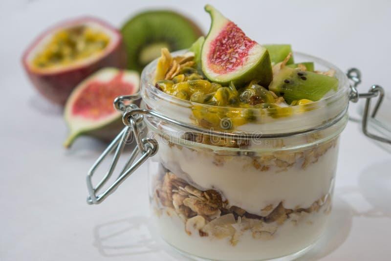 Muesli con las frutas y el yogur imagen de archivo