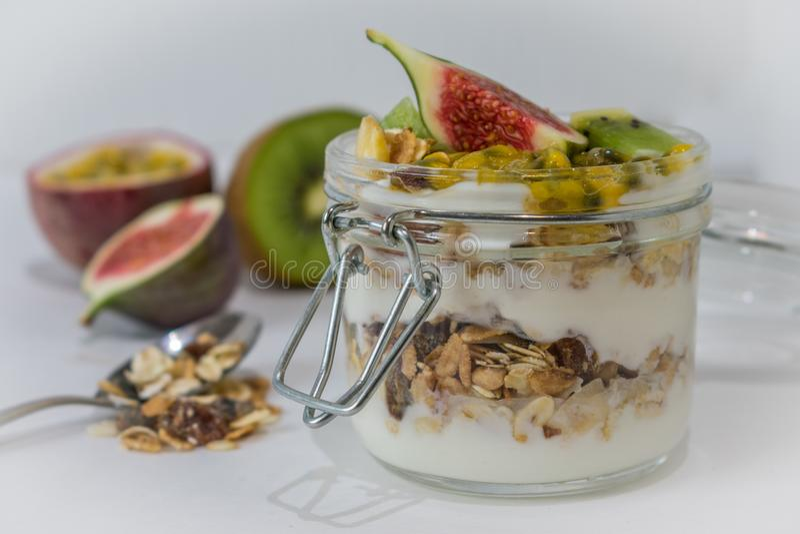 Muesli con las frutas y el yogur foto de archivo libre de regalías