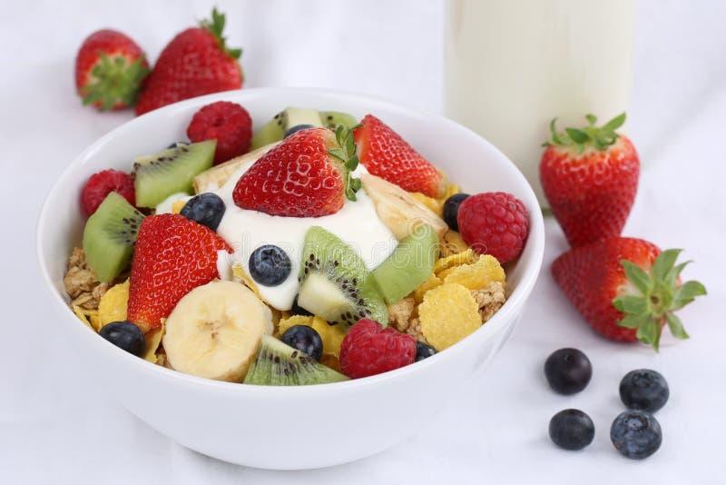Muesli de la fruta con el yogur para el desayuno fotos de archivo