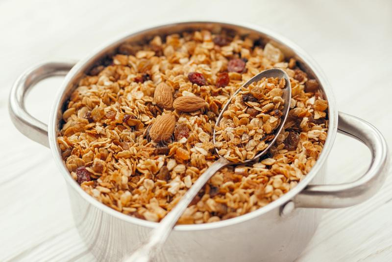 Muesli delicioso del granola con las nueces y aumento en cuenco grande con foto de archivo libre de regalías