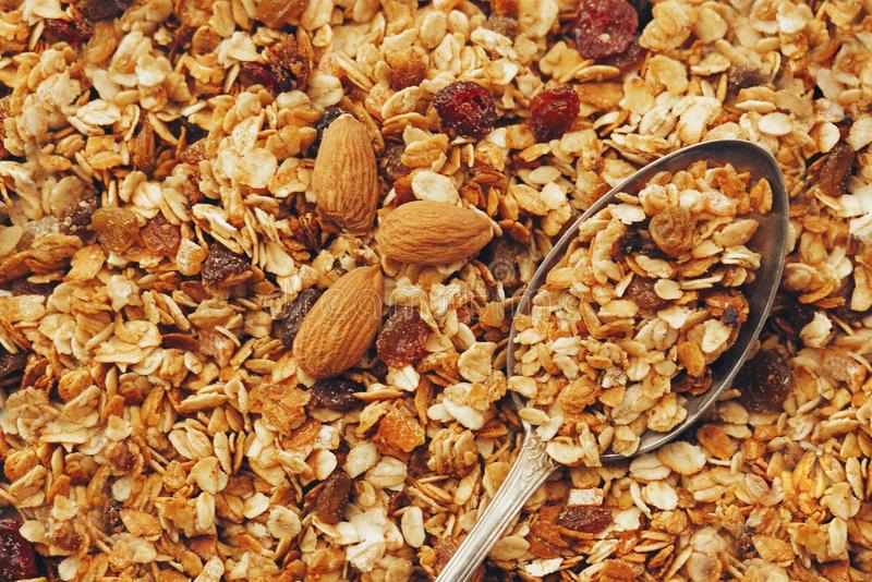 Muesli delicioso del granola con las nueces y el modelo y el vinta del aumento imagen de archivo libre de regalías