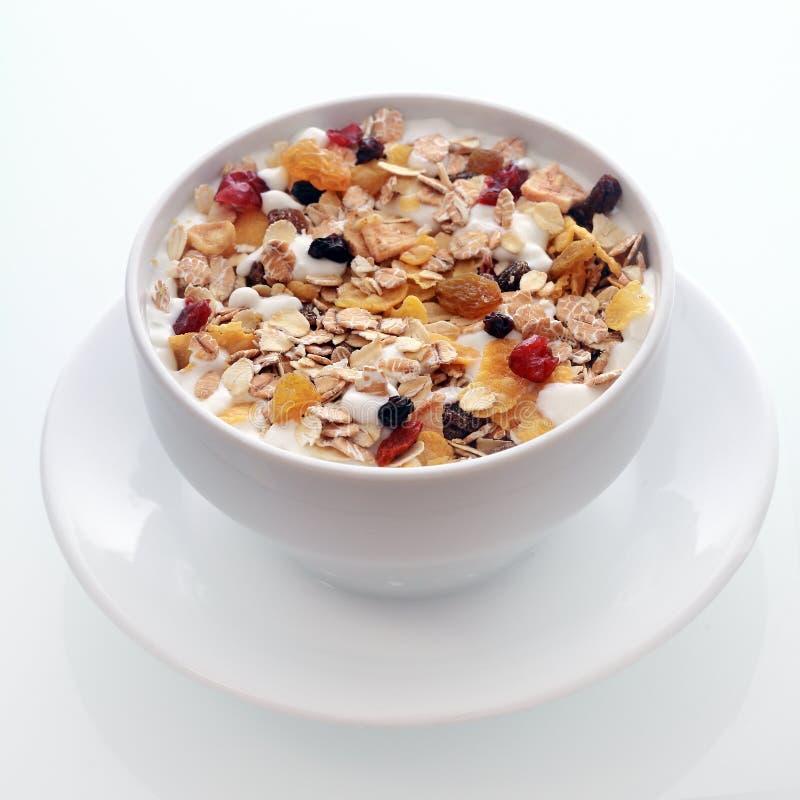 Muesli deliziosi della prima colazione con frutta ed i dadi fotografia stock libera da diritti