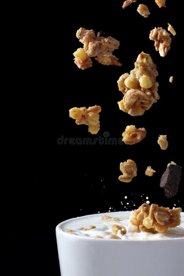 Muesli derramou no leite fotografia de stock