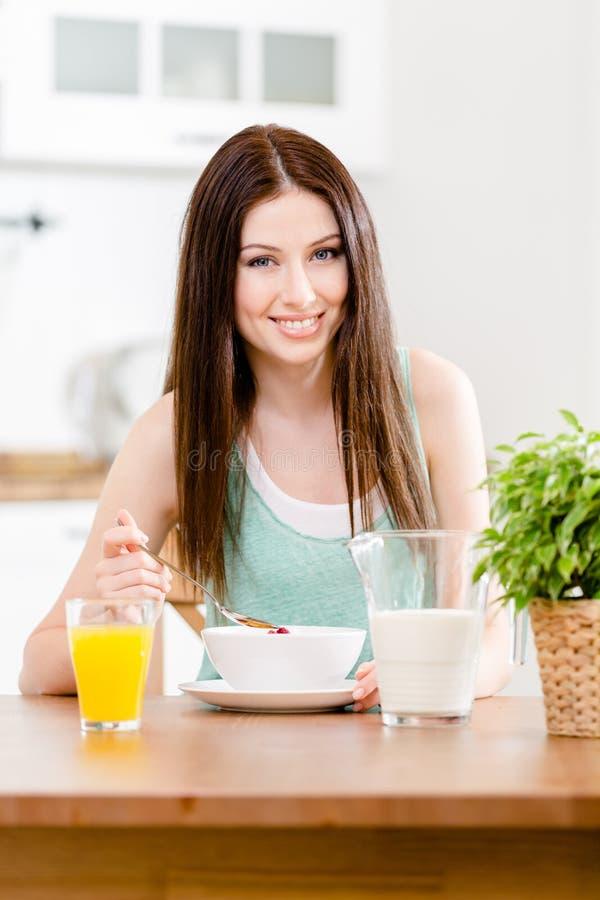 Muesli e suco de laranja saudáveis comer da menina imagens de stock