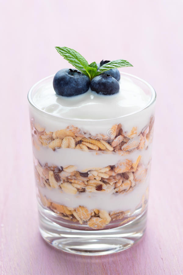 Muesli e yogurt con il mirtillo e la menta fotografia stock