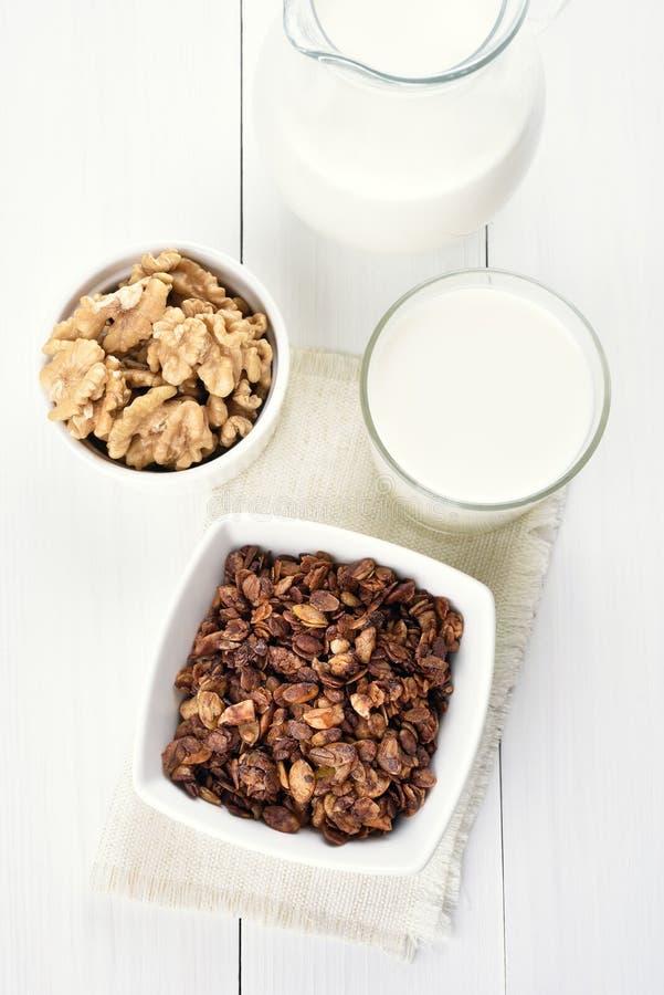 Muesli et lait en verre images stock