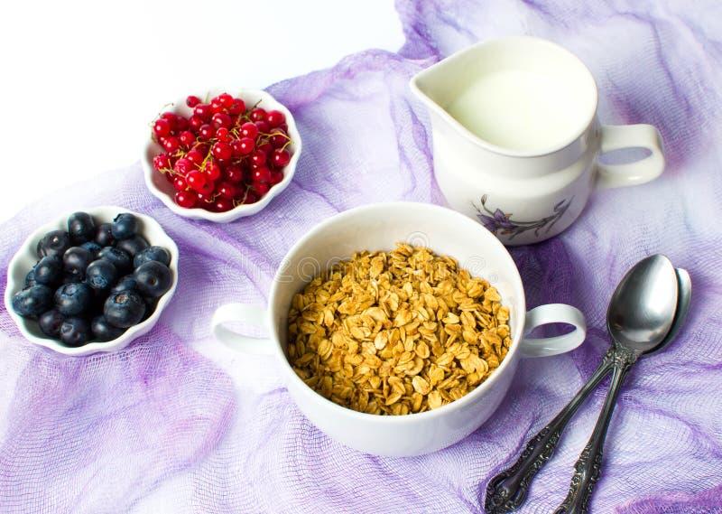 Muesli Granola με τα φρούτα μούρων στα κύπελλα στοκ εικόνα με δικαίωμα ελεύθερης χρήσης
