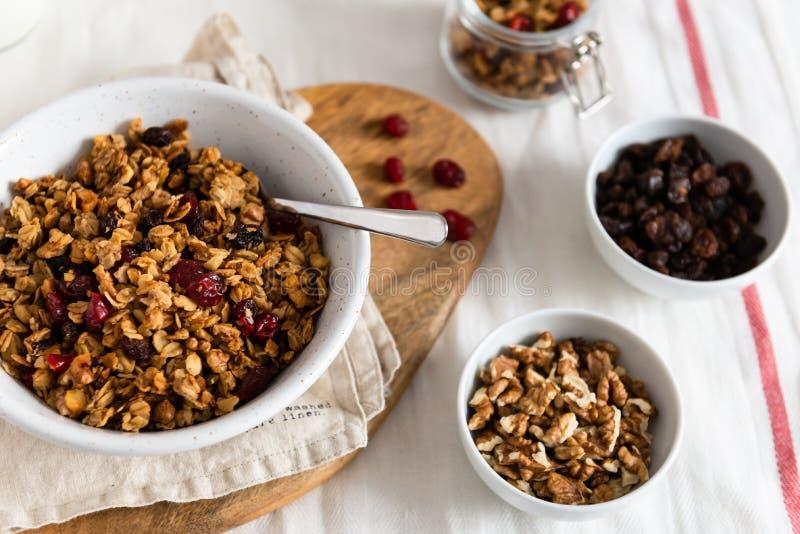 Muesli met bessen en noten in kommen op witte achtergrond het concept gezonde ontbijt Dichte omhooggaand royalty-vrije stock foto's