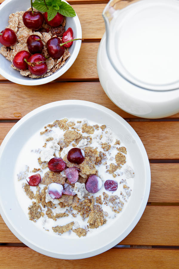 Muesli met verse vruchten als dieetvoedsel royalty-vrije stock afbeelding